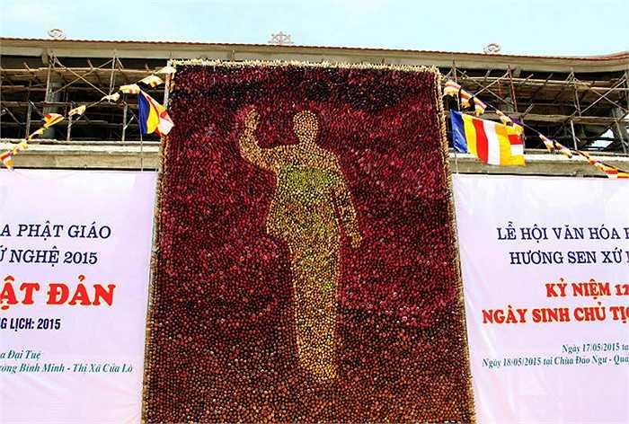 Bức chân dung Chủ tịch Hồ Chí Minh độc đáo có chiều cao 6m, rộng 4m. Điểm khác biệt của tác phẩm này đó là nó được kết lại một cách khéo léo từ hơn 1 vạn búp sen hồng và sen trắng; tạo hình Bác Hồ trong bộ kaki giản dị đang vẫy tay chào.
