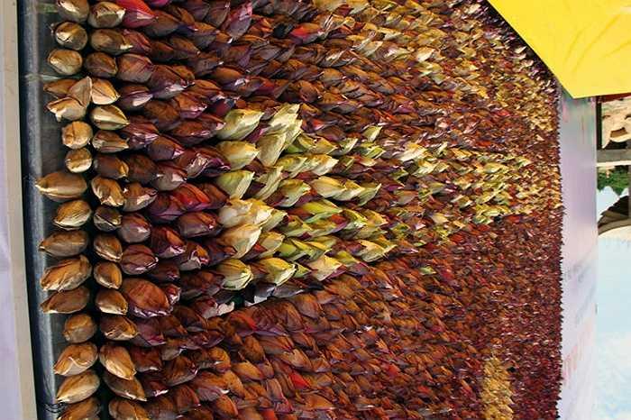Hàng vạn búp sen được kết lại rất công phu và khéo léo, tạo nên sự hài hòa bắt mắt. Bức tranh nặng khoảng 3 tấn này được đặt trang trọng tại chùa Đại Tuệ, khuất sau những khu rừng thông ngút mắt trên đỉnh núi Đại Huệ ở Nam Đàn.