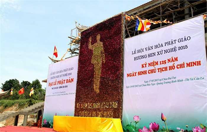 Bức tranh độc đáo này được trưng bày tại chùa Đại Tuệ từ ngày 17/5 vừa qua trong dịp kỷ niệm 125 năm ngày sinh Chủ tịch Hồ Chí Minh. Cùng ngày, tổ chức Liên minh Kỷ lục thế giới đã trao chứng nhận kỷ lục 'Bức tranh Chủ tịch Hồ Chí Minh bằng hoa sen lớn nhất thế giới' cho tác phẩm này.