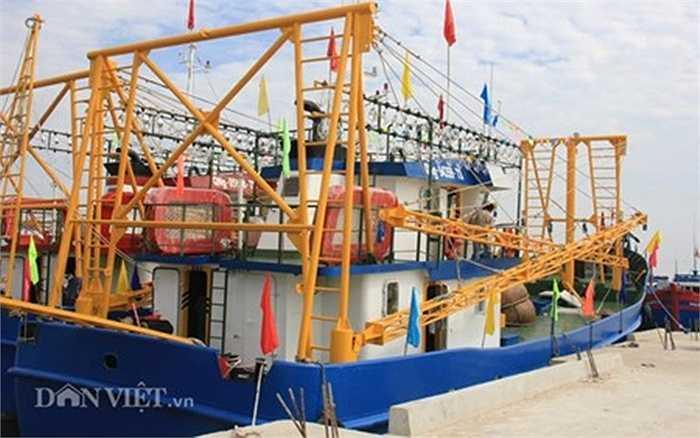 Sáng 19.5, sau khoảng 10 tháng thi công tại Công ty TNHH MTV đóng tàu Nha Trang (Khánh Hòa), 2 tàu cá vỏ thép QNg 94359 Ts và QNg 95868 Ts đã được đưa về cập bến xã Tịnh Kỳ (TP.Quảng Ngãi).