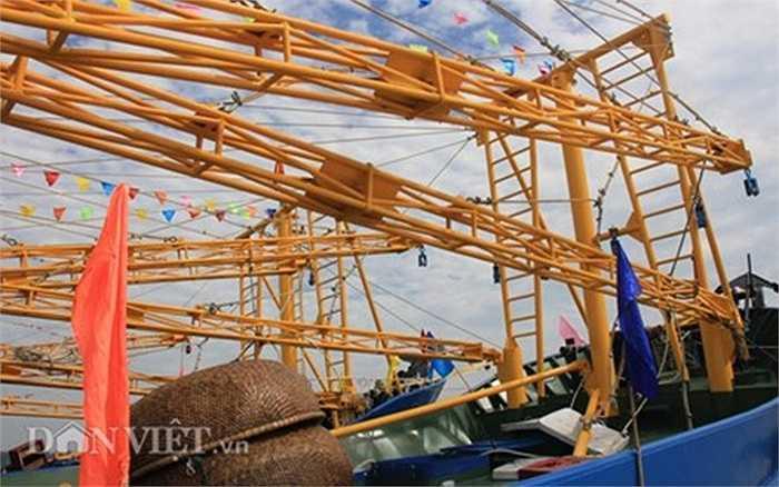 Hệ thống cần chụp và kéo lưới bằng sắt, có chiều dài lên đến 20m.