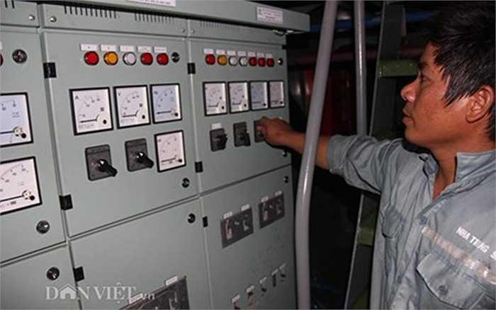 Một trong những bảng điều khiển hệ thống điện chiếu sáng trên tàu.