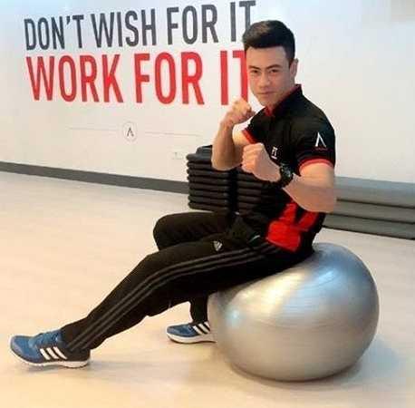 Chàng trai tiết lộ, công việc ở phòng tập gym khá vất vả. Hàng ngày, anh phải đảm nhiệm rất nhiều học viên ở những độ tuổi khác nhau. Nhưng vì niềm đam mê với thể hình, Huy vẫn quyết định theo nghề đến cùng.