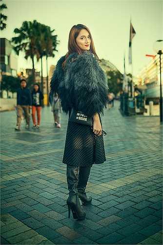 Bên cạnh đó, gu thời trang của Hương Giang cũng nhận được đánh giá cao từ những người bạn nước ngoài. Cô chọn cho mình những chiếc váy bó sát khoe được đường cong cơ thể. Là một cô gái tinh tế, Hương Giang luôn biết cách phối đồ để mình trở nên dịu dàng và tinh tế.