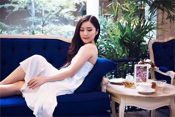 Trong ảnh Hương Tràm khoe vẻ đẹp mong manh với mốt váy ngủ rất gợi cảm. Cô cho biết hình ảnh sexy vẫn sẽ được duy trì thời gian tới nhưng ở mức vừa đủ.