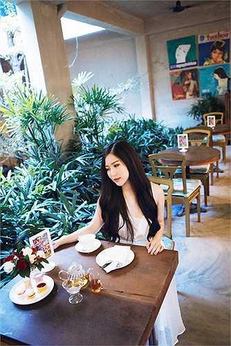 Ở tuổi 20 Hương Tràm đã có trong tay khá nhiều thứ, cô cũng vui mừng vì sắp mua được nhà nhờ việc chạy show chăm chỉ và đều đặn