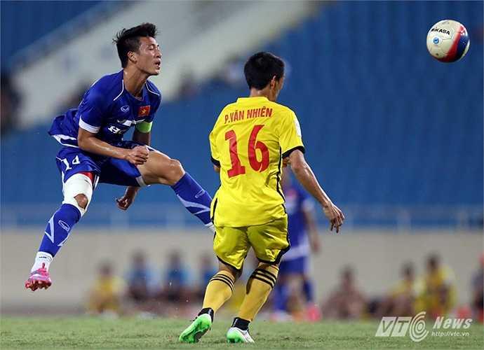 Tiền vệ Huy Hùng U23 Việt Nam bật cao đánh chặn bằng đầu trước sự ập vào của hậu vệ Phùng Văn Nhiên của Hải Phòng. (Ảnh: Quang Minh)