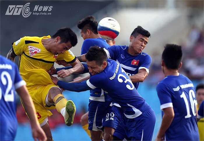 Michal Nguyễn được tăng cường lên U23 để đấu tập tham gia vào một tình huống không chiến. (Ảnh: Quang Minh)