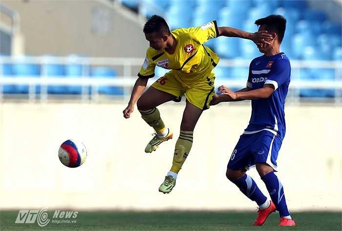 Tình huống đánh chặn của hậu vệ Văn Đức bên phía Hải Phòng trước tiền đạo Thanh Bình của U23 Việt Nam (Tiểu Hàn - Ảnh: Quang Minh)