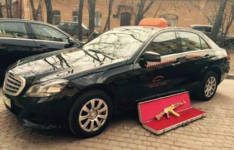 Hãng taxi tìm khách bỏ quên súng AK-47 bằng vàng