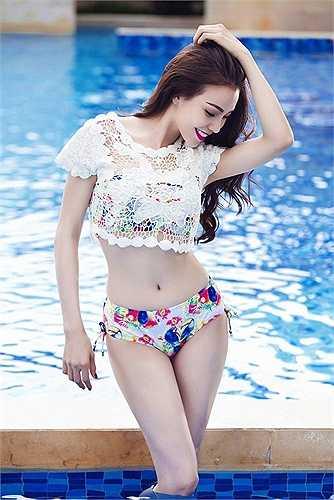Những đường cong trời cho của người đẹp nổi bật cùng bikini sắc màu.