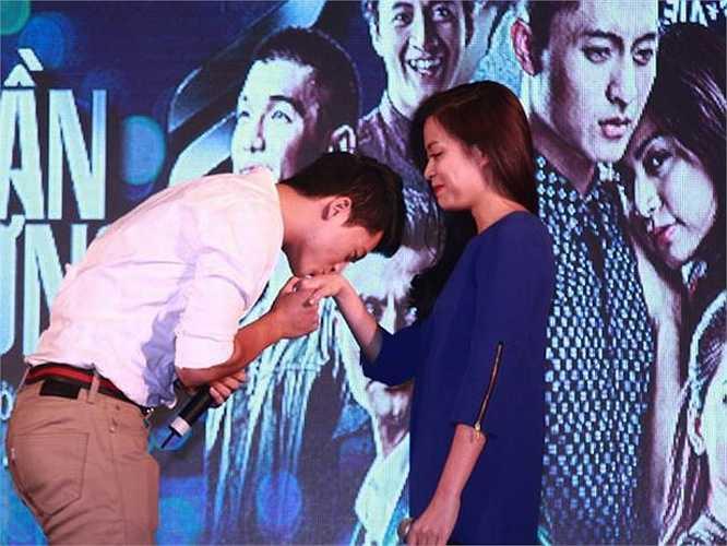 Cả hai không ngại thể hiện những cử chỉ thân mật, tình cảm trước ống kính phóng viên