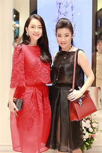 Vừa qua, trong một sự kiện tại Hà Nội quy tụ những gương mặt thời trang, NTK Võ Thùy Dương đã có dịp hội ngộ dàn mỹ nhân Việt như Linh Nga.