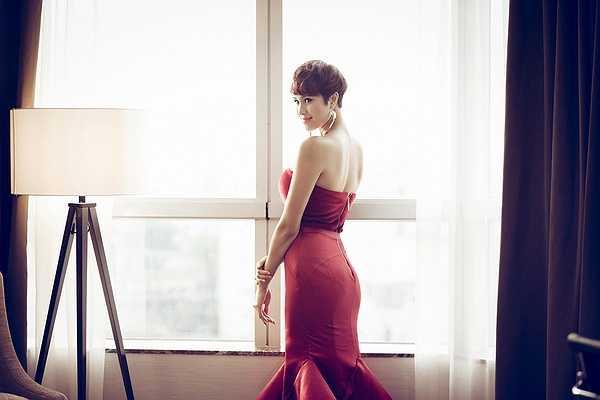 Từng có thời gian để tóc dài khi gia nhập showbiz nhưng sau cuộc thi Siêu mẫu Việt Nam 2012 không lâu cô hoàn toàn lột xác và cá tính với tóc tém