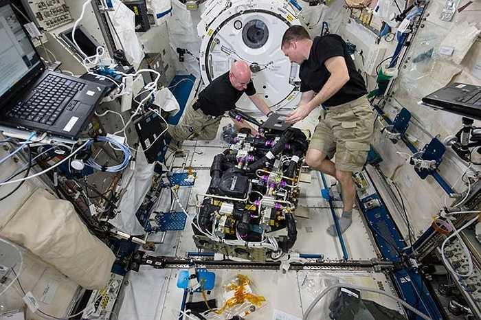 NASA vừa công bố những hình ảnh bên trong tàu vũ trụ trên trạm vũ trụ quốc tế. Phi hành gia Kelly (trái) và Watts (phải) đang loại bỏ carbon dioxide trong một thiết bị