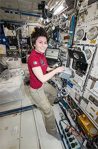 Một phi hành gia đang làm việc trên trạm vũ trụ quốc tế