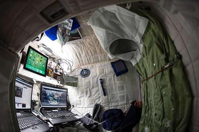 Khu vực làm việc riêng của phi hành gia Kelly trên trạm vũ trụ quốc tế