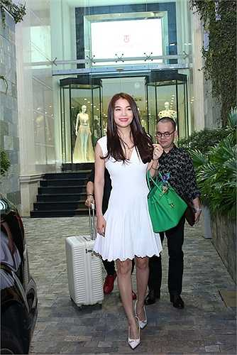 Nữ diễn viên Hương Ga vẫn giữ được nét rạng ngời, tươi trẻ trong bộ đầm màu trắng hàng hiệu tinh tế, thanh lịch và nhẹ nhàng.