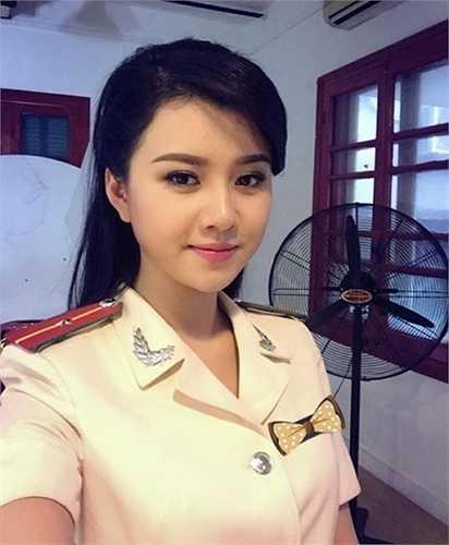 Thông tin về nữ công an này nhanh chóng được tìm thấy. Đó là Nguyễn Hương Giang (sinh năm 1990) là MC, Biên tậo viên của kênh truyền hình An Ninh TV.