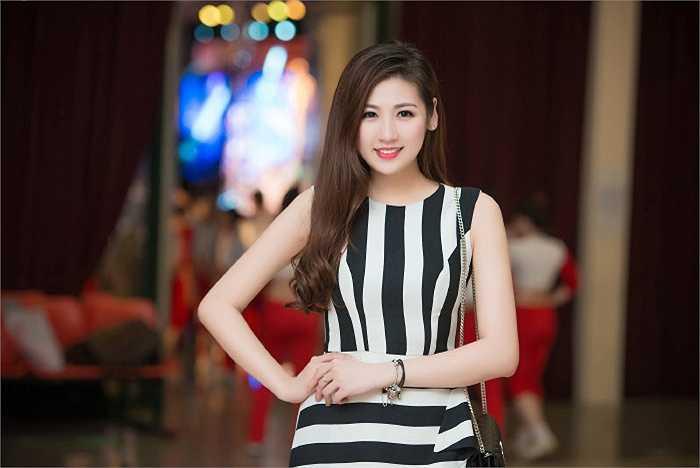 Á hậu Tú Anh nuột nà không tì vết, trong khi đó Phương Thanh lại máu lửa trên sân khấu khi cả hai cùng có mặt trong lễ xuất quân của đoàn thể thao Việt Nam.
