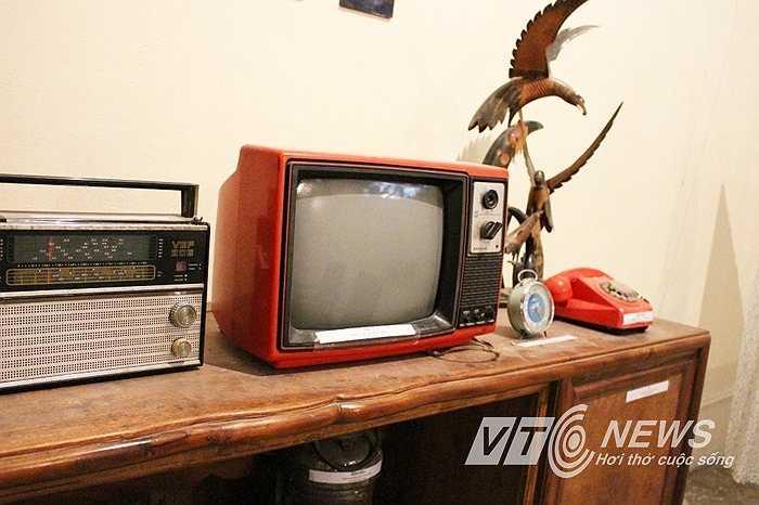 Chiếc tivi đen trắng Sanyo vỏ đỏ. Trước năm 1986, chỉ có những gia đình khá giả mới có thể mua được.