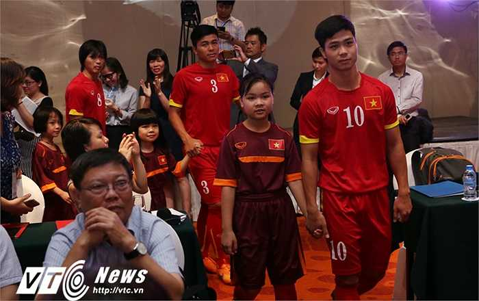 Công Phượng cùng dàn sao U23 Việt Nam tới tham dự lễ ký kết hợp tác giữa VFF và Honda Việt Nam. Anh rất bình thản sau quyết định khắc nghiệt của HLV Miura.(Ảnh: Phạm Thành)