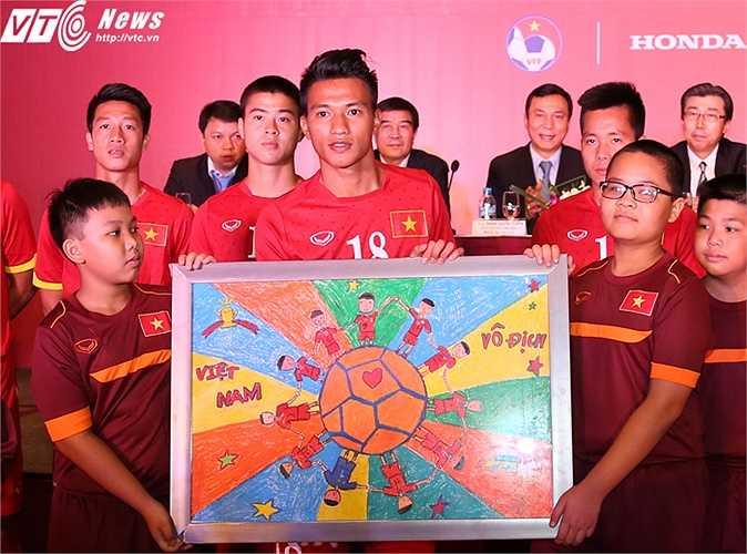 Bức tranh thể hiện ước mơ Việt Nam vô địch SEA Games . (Ảnh: Phạm Thành)