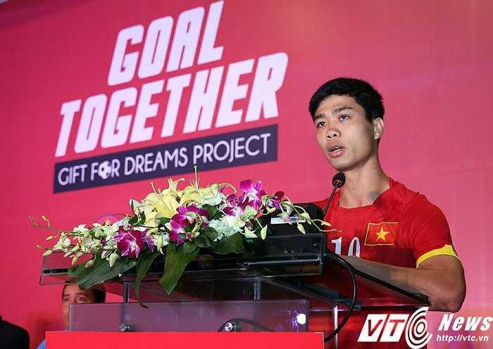Công Phượng thay mặt đồng đội hứa sẽ thi đấu hết sức cho mục tiêu lớn tại SEA Games. (Ảnh: Phạm Thành)