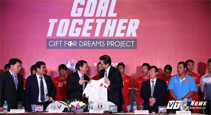 Phó chủ tịch VFF tặng quà cảm ơn Tổng giám đốc Honda Việt Nam. (Ảnh: Phạm Thành)