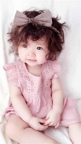 Bé Cadie có tên gọi ở nhà là Mộc Trà rất đáng yêu, thừa hưởng nhiều nét đẹp của mẹ.