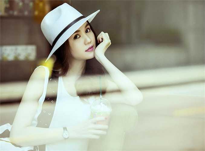 Ngọc Trinh ngọt ngào trong một shoot ảnh.