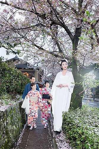 Bộ sưu tập 'Mong manh cánh hoa Anh đào' được công phu thực hiện giữa mùa hoa Anh Đào Nhật Bản, một trong những điểm đến hấp dẫn