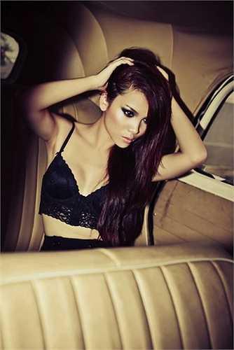 Nữ ca sỹ  Yến Trang lạ lẫm trong một bức ảnh nội y ren đen chụp trong ô tô.