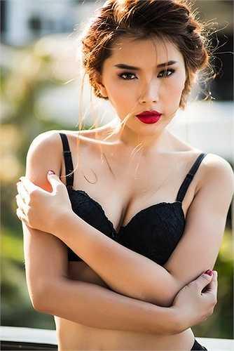 'Siêu vòng 3' Lan Hương khoe làn da trắng ngần với nội y đen huyền.