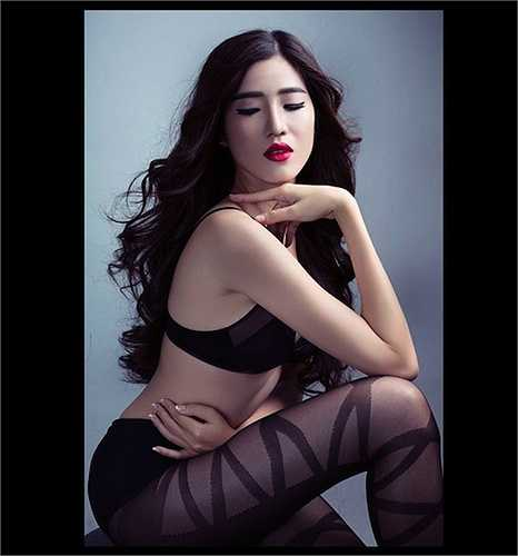 My Nguyễn - Người mặc áo dài đẹp nhất của cuộc thi Hoa hậu Đại dương 2014 với nội y đen và tất mỏng.  (Nguồn: 24h)