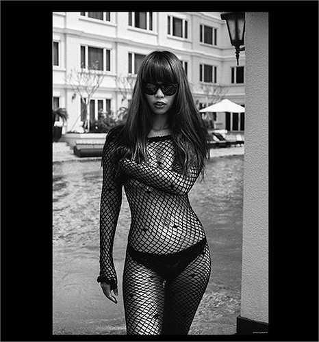 Người đẹp khoe dáng chuẩn với nội y đen và áo lưới.