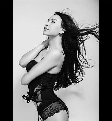 Nội y ren đen là 'vũ khí' không thể thiếu, mang lại sự sexy, gợi cảm cho chị em. Trang phục của Trà Ngọc Hằng trong ảnh là một ví dụ.