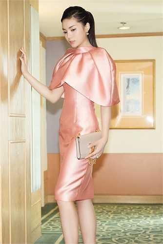 Bộ váy hồng lạ mắt giúp cô khoe được vẻ thanh thoát, nữ tính.
