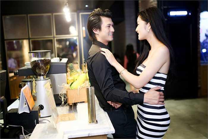 Đặc biệt tối qua, Triệu Thị Hà còn không ngần ngại tình tứ cạnh trai lạ.