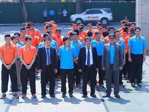 Sáng nay, U23 Việt Nam và tuyển Việt Nam đến dâng hương, tưởng nhớ các Anh hùng liệt sỹ tại Đài tưởng niệm Anh hùng liệt sỹ trên đường Bắc Sơn, Hà Nội.