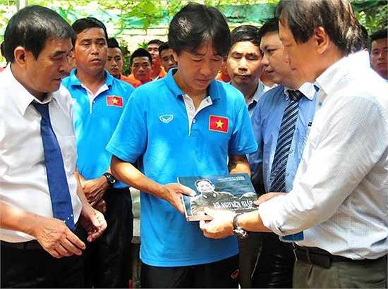 Ông Võ Hồng Nam - con trai Đại tướng Võ Nguyên Giáp trao quà lưu niệm và chúc các tuyển thủ thi đấu thành công tại các giải đấu tới.