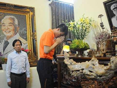 Công Vinh thể hiện lòng thành kính trước Đại tướng Võ Nguyên Giáp
