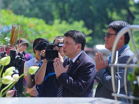 Tổng thư ký VFF Lê Hoài Anh thắp hương thành kính