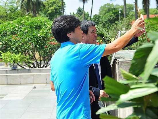 Phó chủ tịch VFF Nguyễn Xuân Gụ cùng HLV Miura thắp hương tại đài tưởng niệm