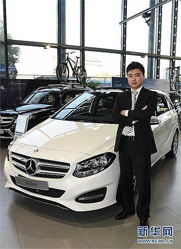 Sinh năm 1988, Liu Sichen tốt nghiệp Cao đẳng nghề Giao thông Bắc Kinh. Anh làm nhân viên bán hàng tại một cônh ty kinh doanh ô tô và luôn nỗ lực hết sức mình để hoàn thành tốt công việc suốt 10 năm qua.