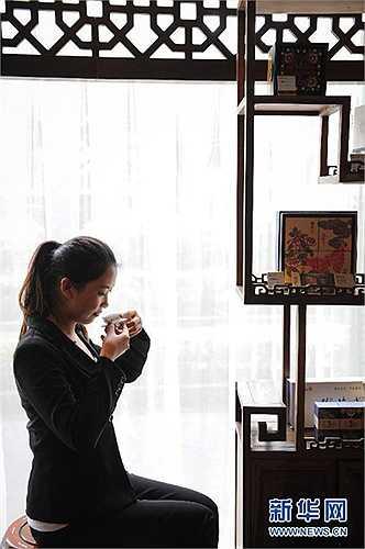 Mới 23 tuổi và vẫn đang là sinh viên năm nhất Cao đẳng Nghề Forerunner Quý Châu, từ vị trí thực tập sinh, Xiao Xiaoyan nhanh chóng được tuyển làm chuyên viên cho một công ty trà với mức lương 5.000 tệ/tháng (gần 17,6 triệu đồng).