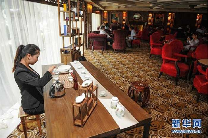 Năm ngoái, Xiao được thưởng 18.000 tệ (hơn 63 triệu đồng) vì thành tích xuất sắc trong công việc kinh doanh. Trong ảnh, Xiao Xiaoyan đang phô diễn nghệ thuật thưởng trà tại một khách sạn 5 sao.