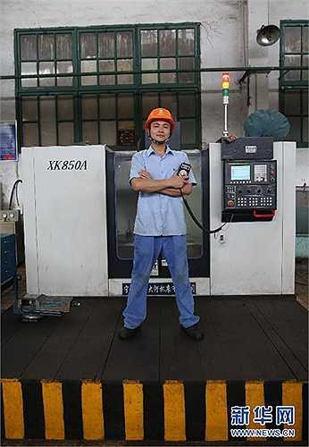 Gong Jingbo tốt nghiệp trường dạy nghề Công nghiệp Bách khoa Hồ Nam năm 2010 và được nhận vào làm nhân viên vận hành máy tại một nhà máy.