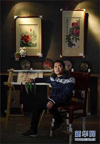 Jiang Tongwan, 26 tuổi, tốt nghiệp Cao đẳng nghề Thủ công Mỹ nghệ Hồ Nam năm 2014. Chuyên ngành của anh là nghề thêu truyền thống của Hồ Nam.Sau khi ra trường, anh khởi nghiệp kinh doanh.