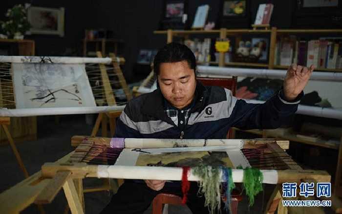 Giờ đây, tác phẩm thêu đẹp nhất của ông chủ tiệm tranh thêu Hồ Nam có giá tới 20.000 tệ (hơn 70 triệu đồng). Anh hi vọng sẽ có nhiều người trẻ đến với tiệm tranh thêu của anh và phát hiện nghề truyền thống này.